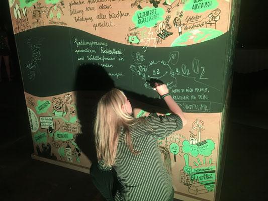 Eine der Teilnehmerinnen zeichnet ihre persönlichen Ideen.