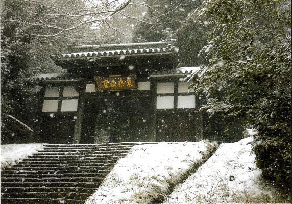 逸朗 雪降る大年寺惣門