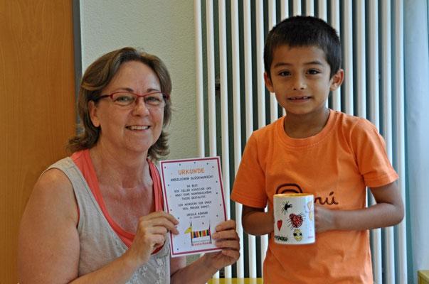 Ursula Konder überreicht den Kinder der Kindertagesstätte Tausendfüßler am Riedborn Usingen ihre selbst gestalteten Tassen.