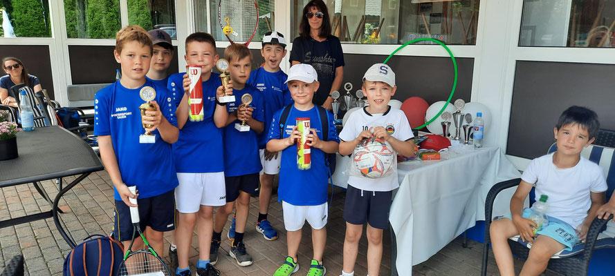 Unsere jüngsten Mannschaftsspieler mit Pokalen und Preisen