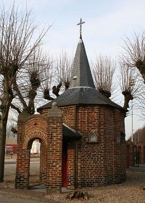 """Molenweg Zuid, Mariakapel, in de volksmond """"Bokkerijderskapel""""."""