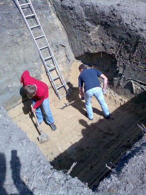 In der Baugrube wird ein Sandplänum hergestellt.