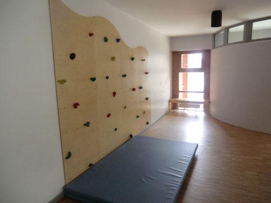 Unser Haus besitzt eine Kletterwand, die gern von allen Kindern genutzt wird.
