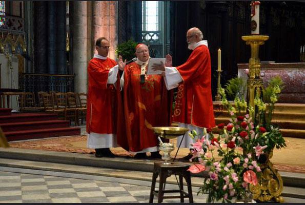 Le rouge rappelle le sang versé par le Christ et les martyrs