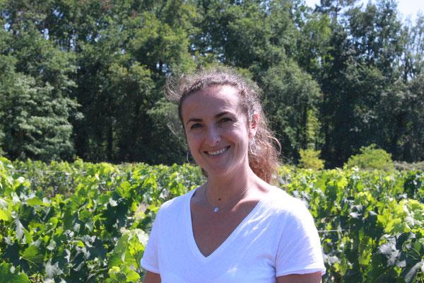 Bérangère Quellien au milieu des vignes du Chateau Lusseau dont elle est la responsable