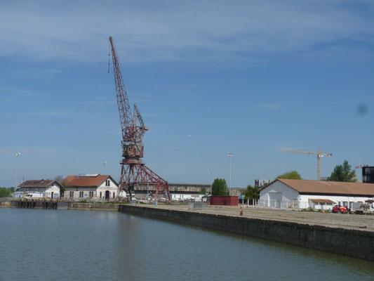 La grue témoin du passé maritime de ce quartier du lac(P. Guillot)