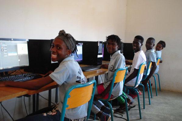 Ce sont les jeunes filles les plus assidues devant les ordinateurs( photo F. Sohm)