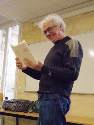 Alain, un participant à l'atelier Chant et Voix, lit un texte à haute voix