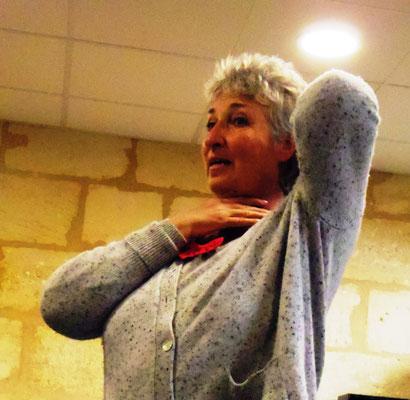 Marie-Pierre explique aux participants de l'atelier chants et voix de l'UTL, la posture du chant