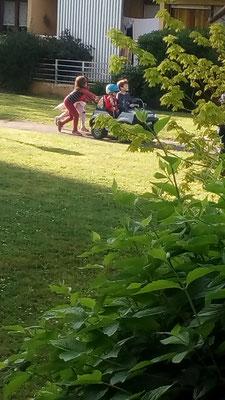 Les enfants ne respectent pas la distance réglementaire (photo P. Guillot)