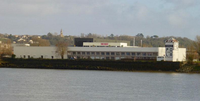 La fabrique Pola est installée au bord de la Garonne, rive droite, près du pont Chaban