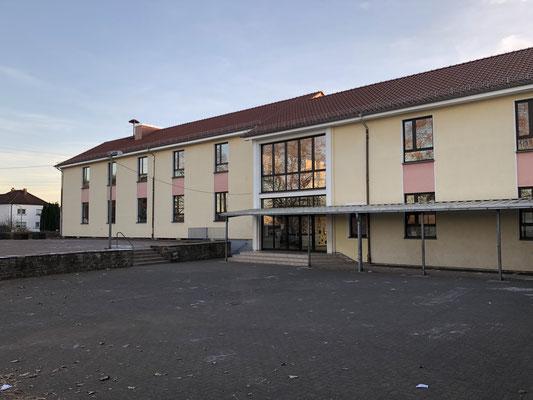 Gebäudeansicht des Kita- und Schulgebäudes