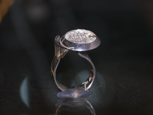 Ring mit geklöppeltem Silberdraht und Brilliant.
