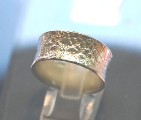 Ring mit eingeprägter Textiler Spitze.