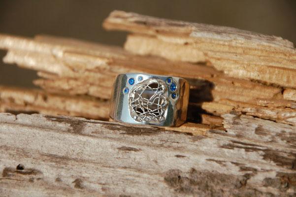 Ring mit geklöppeltem Silberdraht und Saphiren.