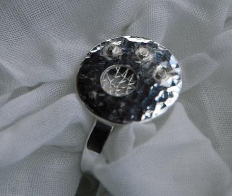 Ring mit geklöppeltem Silberdraht.