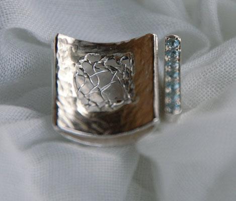 Ring mit geklöppeltem Silberdraht und Topassteinen.