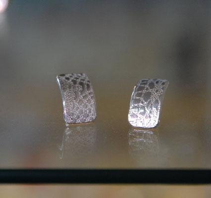 Ohrstecker mit eingeprägter Textiler Spitze.