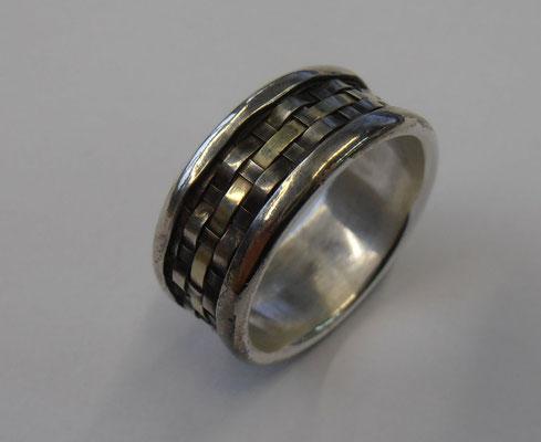 Ring mit gewebten Gold- und Silberbändern