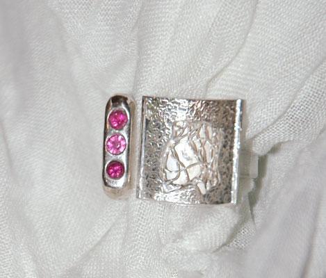 Ring mit geklöppeltem Silberdraht und Rubinen.
