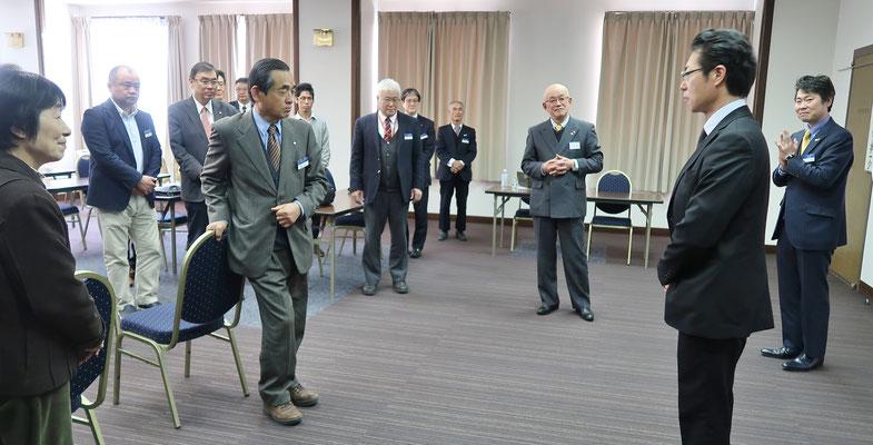 某県支店長に栄転の会員を激励しました。