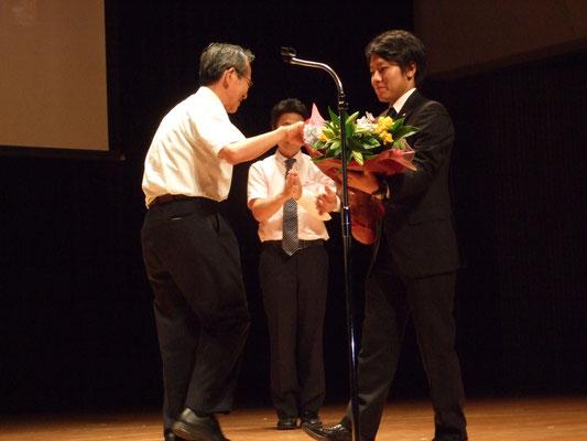 会員から花束贈呈