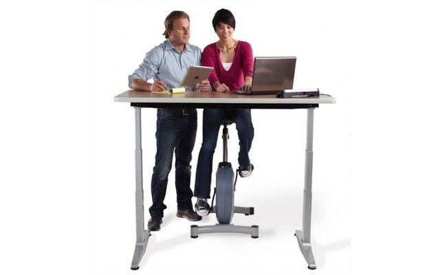 Aktiv Stehen und Sitzen am Bürotisch