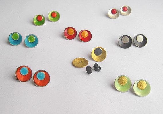 ...auf einen Streich: Wechselohrstecker / Silber, Gold, Emaille