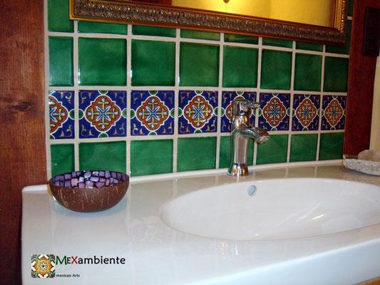 Badezimmer mit Fliesen ca. 11x11 cm - grün ug3 gewaschen + Dekorfliese oc 158