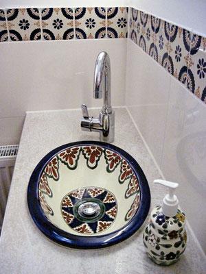 Gäste WC - Hier ein kleines Einbauwaschbecken oval 41x30 und Bordüre Fliesen in 11x11 cm