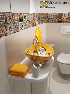 Tolles Gäste WC mit Mexambiente Aufsatzwaschbecken MEX7 Puebla + Bordüre mit 11x11 cm Fliesen von Mexambiente
