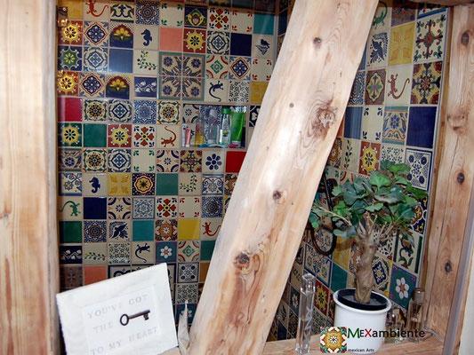 Buntes Badezimmer im schönen Patchwork Stil mit Mexiko Fliesen von Mexambiente