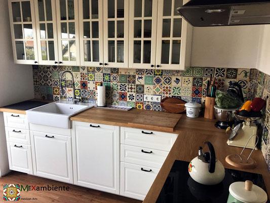 Schöne Küche mit Fliesenspiegel im Patchwork-Stil mit bunten gemusterten Fliesen 11x11 cm