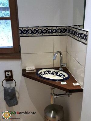 Schöne Akzente im Gäste WC mit Bordüre-Fliesen und Waschbecken ola azul von Mexambiente