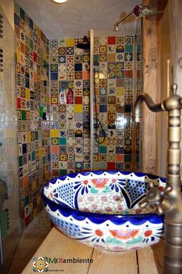 Buntes Badezimmer im schönen Patchwork Stil mit Musterfliesen aus Mexiko und ein handbemaltes Waschbecken von Mexambiente