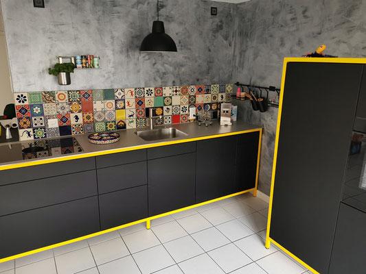 Bunter Fliesenspiegel (Fliesen 11x11 cm) Schwarze Küche