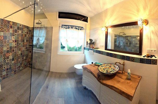 Buntes Badezimmer, Dekorfliesen 11x11 cm und Caribe Waschbecken