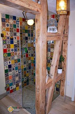 Buntes Badezimmer im schönen Patchwork Stil mit mexikanischen Fliesen von Mexambiente