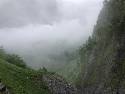 Beim Aufstieg hängen noch dichte Wolken im Sernftal.