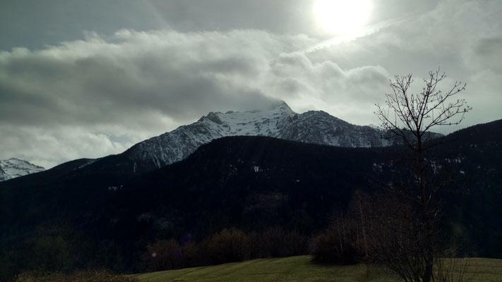 Blick in die noch verschneiten Berge.