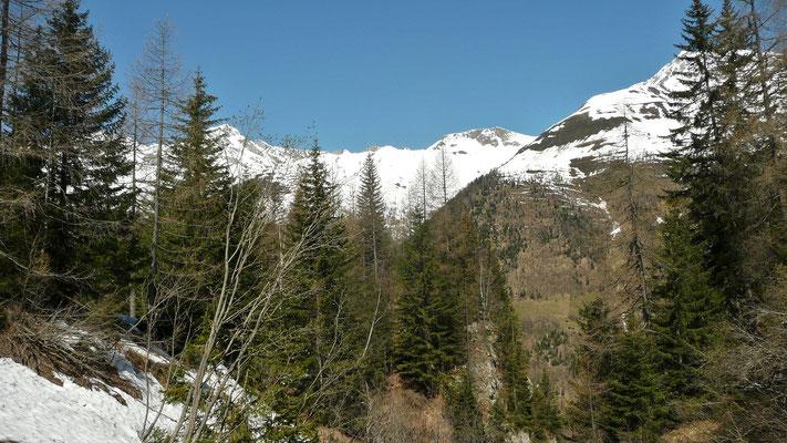 Aussicht auf die noch schneebeddeckten Hänge,  Val Bedretto, TI