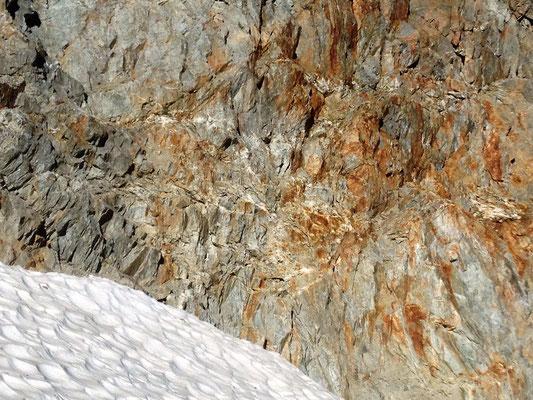 Stark verquarzte, steile Felswand oberhalb des Gletschers - Die Klüfte waren leider alle zu klein