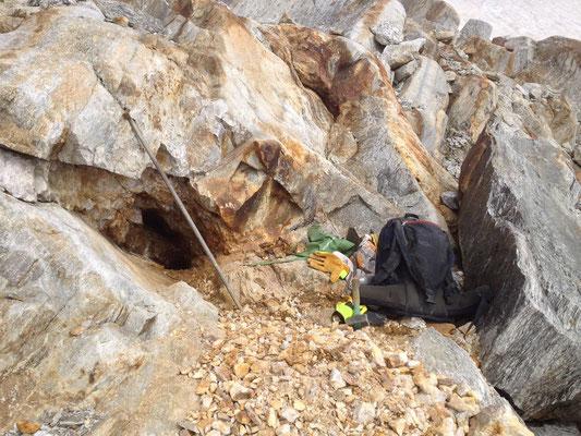 Arbeit an einer alten Kluft in einem grossem, stark verwittertem Quarzband - einige Bergkristallspitzen kamen noch zum Vorschein, Val Maighels, GR