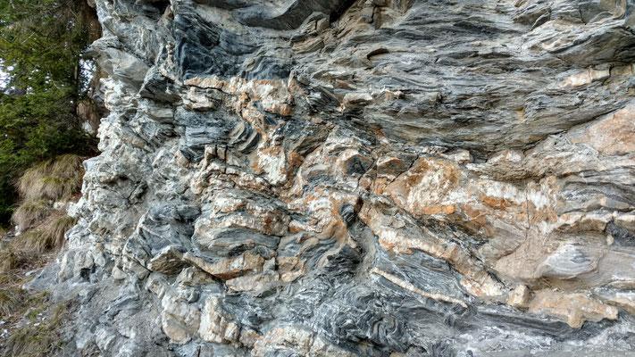 Stark zerscherter, kalkiger Bündnerschiefer mit einer Vielzahl von Calcit-Quarz-Bändern