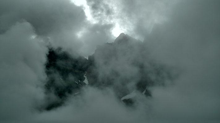 Dichte Wolken beim Aufstieg zur Claridenhütte.