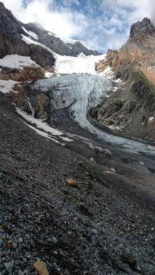 Auf der rechten Seitemoräne hinauf zu den ersten Felsen.
