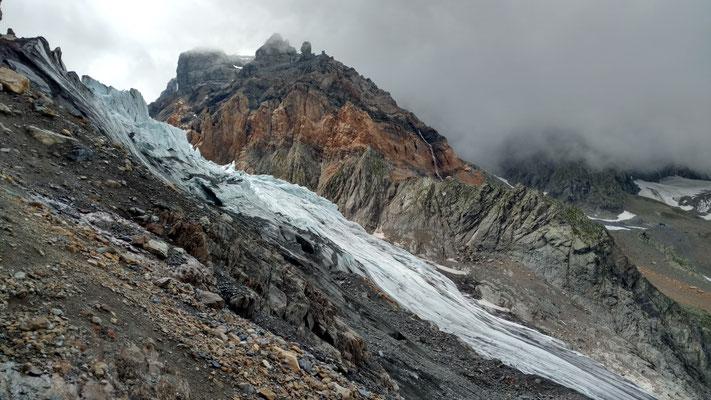 Blick zur Grünhornhütte mit deutlich erkennbaren Unterschieden zwischen Rötidolomit und Gneis