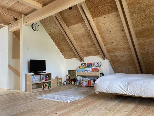2階は屋根裏風の空間