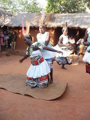 Eine kranke Frau ( gespielt) wird vom Mganga ( Heiler) geheilt