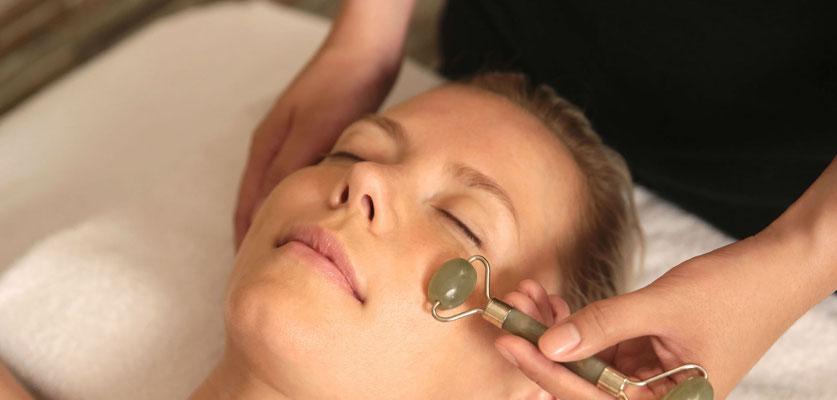 Massage au rouleau de jade pour lisser et raffermir la peau